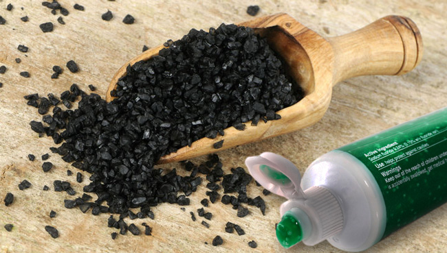 Смесь древесной золы или активированного угля с зубной пастой, безопасное и проверенное средство для отбеливания зубов