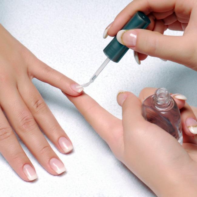 Прозрачный гель способствует ускорению роста и укреплению ногтей