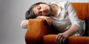 Симптомов у пониженного давления множество, но тот факт, что вы чувствуете постоянную усталость, не можете никак выспаться и тошнота возникает без повода - это уже признак того, что следует измерить давление и принять меры.
