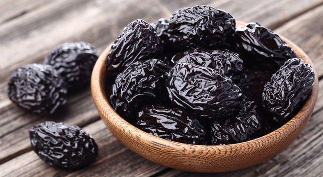 Чернослив может быть причиной кала черного цвета.