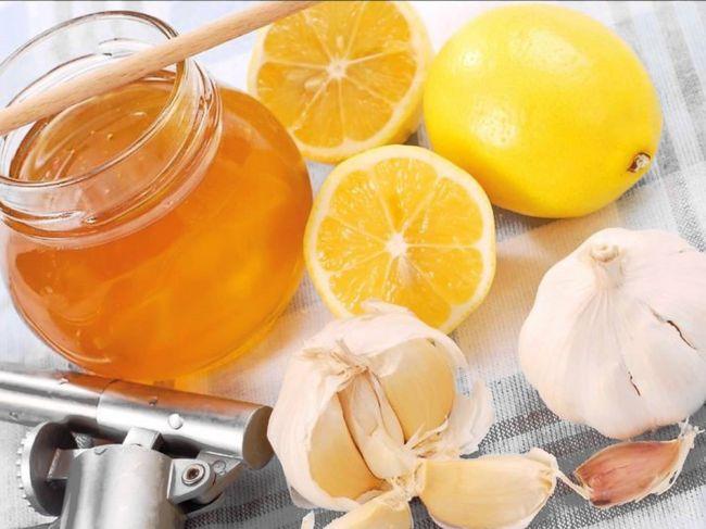 Мед, чеснок и лимон - одни из основных ингредиентов при лечении любого простудного заболевания