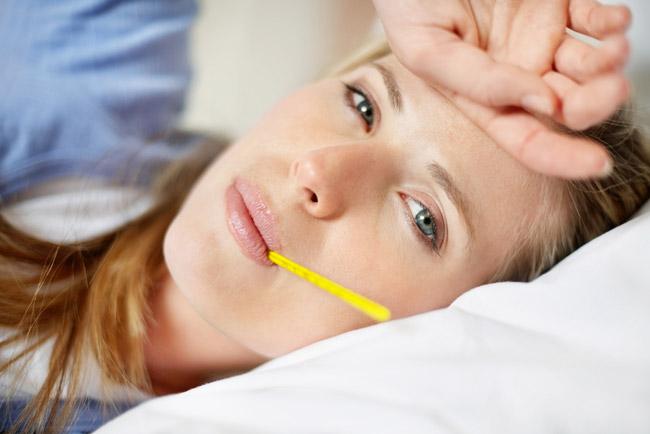 Иногда болезнь начинается с проявлений интоксикации, то есть слабости, отсутствующего аппетита и головной боли