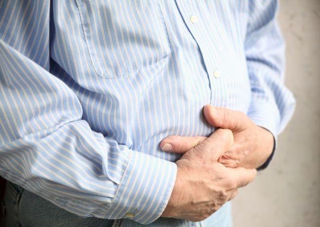Вздутие живота - один из симптомов пониженной кислотности