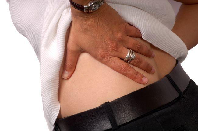 Чаще всего люди начинают лечить кисту почек только после появления регулярных болей