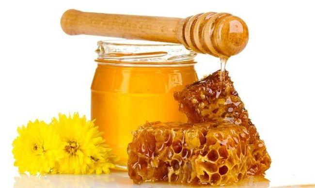 Кисту яичника лечат также народными способами, к примеру с помощью тампонов из меда и лука