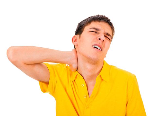 Неприятным симптомом шейного остеохондроза является ощущение в горле комка, причиной вертебрального синдрома становятся дегенеративные изменения в костной и (или) суставной ткани