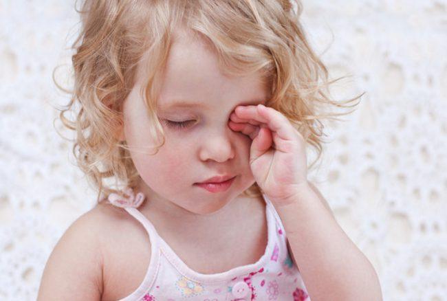 симптомы: ощущение инородного тела в глазу, выраженное слезотечение, светобоязнь, склеивание век после сна, жжение, дискомфорт в глазах, отек века