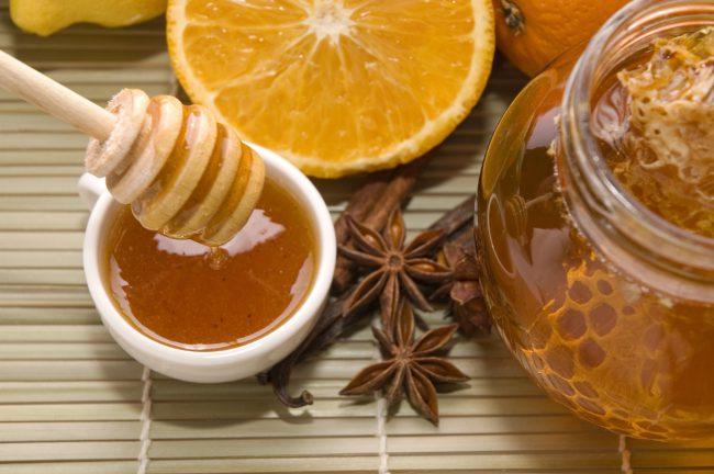 Безжизненные, тусклые и ломкие волосы может привести в норму этот рецепт питательной и увлажняющей маски на основе корицы, мёда и лимона