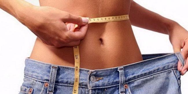 Во время худания, когда человек находится на диете, на фоне изменения питания, в кровь начинают поступать яды, сорбент помогает их вывести из организма