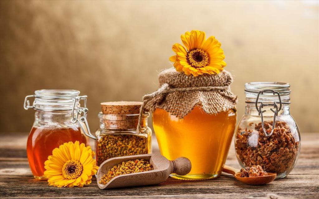 Достаточно лишь разобраться в полезности прополиса для самого улья и как его применяют пчелы, чтобы затем с легкостью понять, насколько настойка из прополиса может помочь человеческому организму