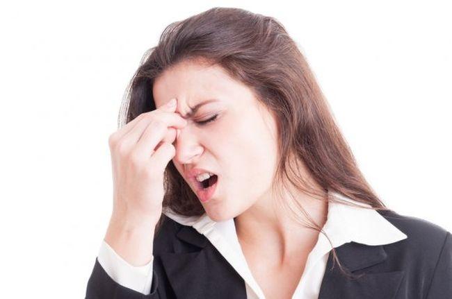 Одним из симптомов меланомы является непроходящая головная боль