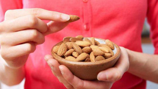 Первое, что можно отметить в миндале – высокое содержание мононасыщенных жиров, которые очень полезны для человека. Они способствуют выведению холестерина из организма