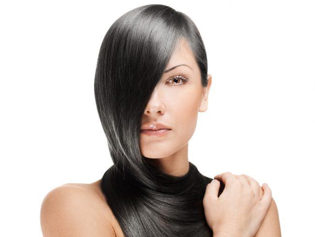 Еще с давних времен женщинам известна действенная сила молочной сыворотки на волосы. Она помогает укрепить корни волос, а также ослабленные волоски