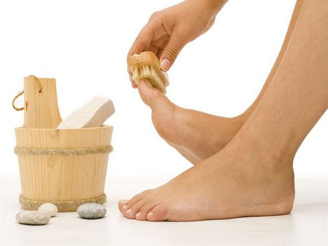 Не забывайте регулярно ухаживать за ногами: делайте горячие ванночки для ног, отмерший роговой слой обрабатывайте пемзой, используйте питательные и смягчающие кремы, проводите массаж ступней