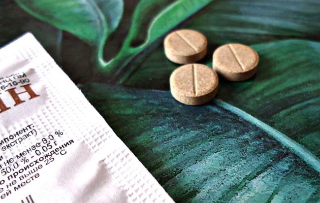 Лекарство Мукалтин изготовляют из корней алтея лекарственного, а также таких вспомогательных веществ, как сахароза, целлюлоза, сорбит