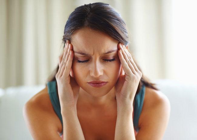 При вторичном гиперальдостеронизме возникает сильная головная боль, быстрая утомляемость, онемение конечностей и судороги