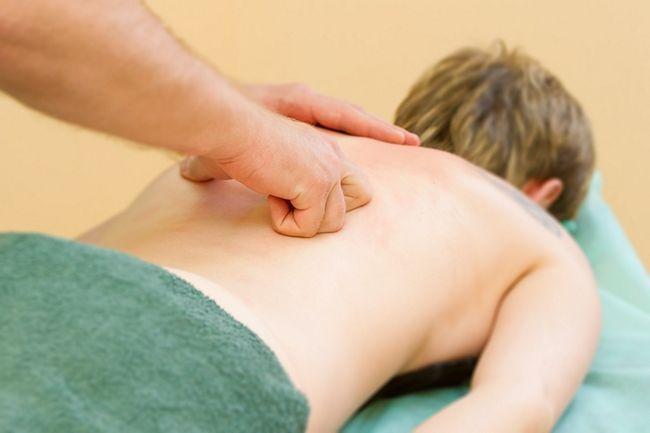 Специалисты после обследования назначают специальный массаж для лечения грудного остеохондроза