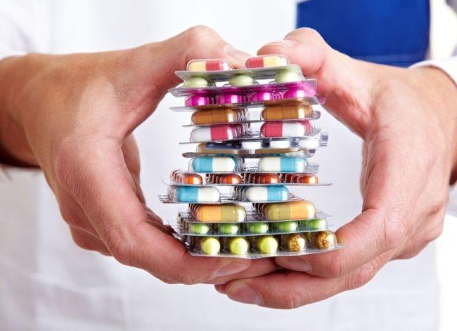 При первых симптомах остеохондроза могут применяться лекарственные средства, которые назначает врач