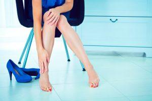 Никто сильно не переживает об отеках ног, если это случается после 10 часового рабочего дня, из которых 9 часов были проведены полностью на ногах, но если ноги отекают даже без длительной нагрузки, то это серьезный повод для беспокойства.