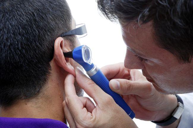 Перед тем, как начать лечить отит, следует посетить врача для обследования