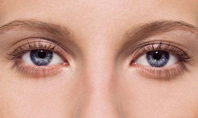 Черные точки и мелькание линий перед глазами - основные симптомы отслоения сетчатки.
