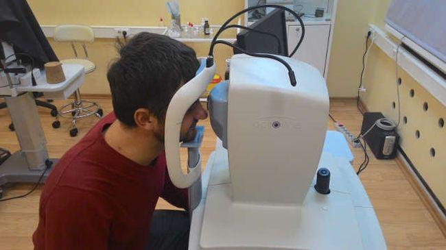 При первых подозрениях отслоения сетчатки глаза необходимо обратиться к врачу и пройти обследование.