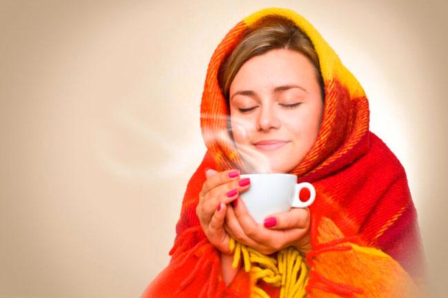 Справиться с симптомами озноба поможет кружка горячего чая с малиной или брусникой, теплый плед и прогревания ног в теплой воде