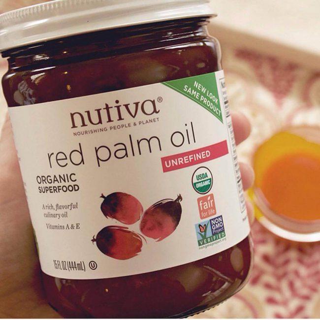 Пальмовое масло богато на витамины А и Е, которые обладают антиоксидантными свойствами, предупреждают старение и полезны для зрения