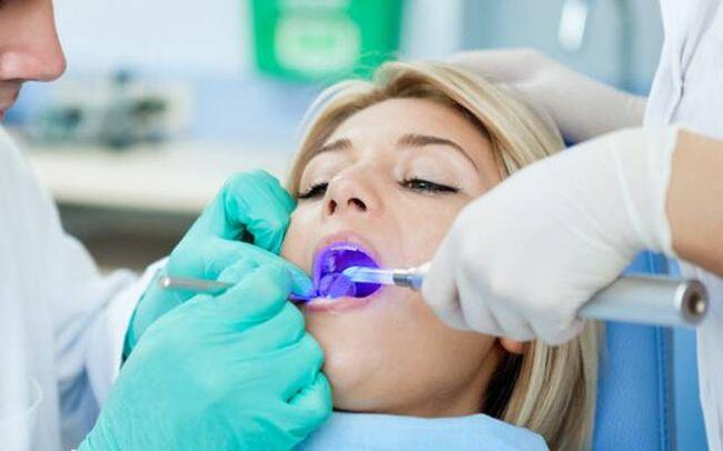 Регулярно посещайте стоматолога, это позволит выявить проблему на самой ранней стадии