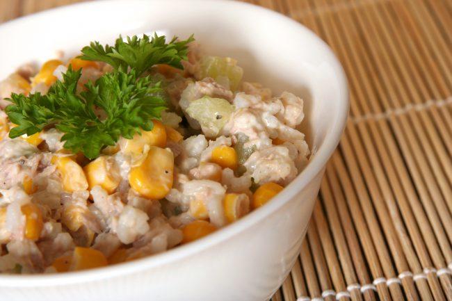 Салат с рисом - очень легкий в приготовлении салатик для любителей консервированной печени трески