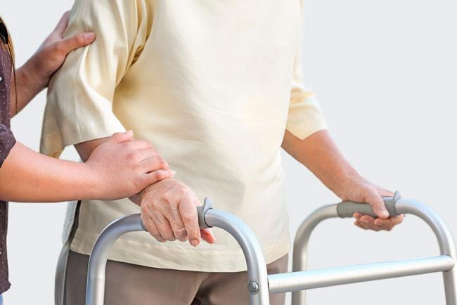 Основной причиной переломов может быть остеопороз или повышенная хрупкость костей, которая встречается у всех людей старше 60 лет из-за того, что по естественным причинам процессы разрушения костной ткани начинают превалировать над процессами ее отстройки