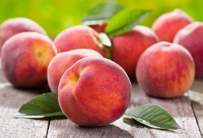 Польза персиков сокрыта в его богатом составе. Этот вкусный плод содержит многочисленные органические кислоты (винную, лимонную, яблочную), минеральные соли (железо, калий, фосфор, медь, цинк и другие) и витамины