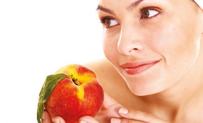 Персик, калорийность которого составляет 40 ккал на 100 грамм, применяется в многочисленных диетах и косметологии