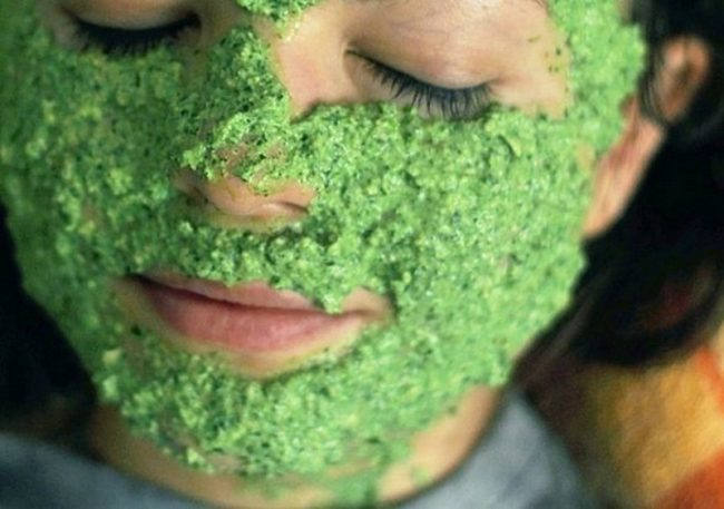 Помимо отбеливания кожи, маски из петрушки решают множество проблем – от удаления мелких морщин до лечения угревой сыпи