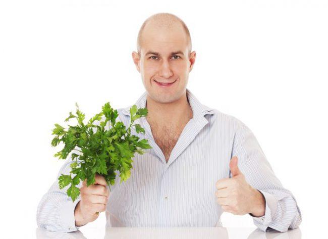 Содержащиеся в петрушке витамины являются активными антиоксидантами, выводящими из организма свободные радикалы. Они защищают иммунную систему, клетки и ткани тела, способствуют их регенерации и активному обновлению