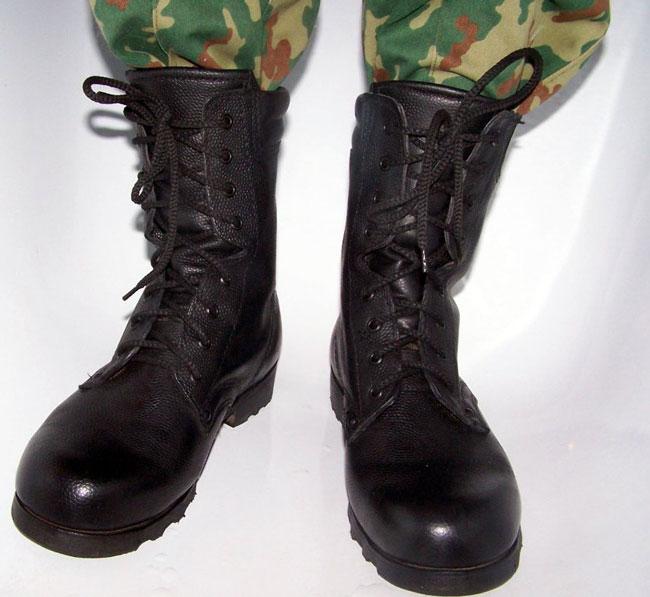 При хождении в армейской обуви с наличием плоскостопия, стопа подвергается еще большей деформации, появляются боли, страдают коленные и тазобедренные суставы