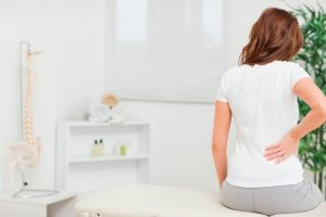 Малоподвижный образ жизни и неудобное место для сидения вполне могут стать причинами болей в копчике, поскольку, к примеру, сидеть изо дня в день на твердом деревянном стуле по 8 часов - это сильнейшая нагрузка