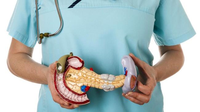Воспалительный процесс в области поджелудочной железы, который проявляется болями под ребрами с левой стороны, называется панкреатит