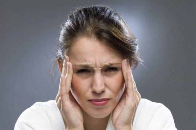 Затяжные и сильные головные боли, которые плохо поддаются обезболиванию, указывают на наличие болезненных очагов в организме. Именно их необходимо выявить и начать лечение