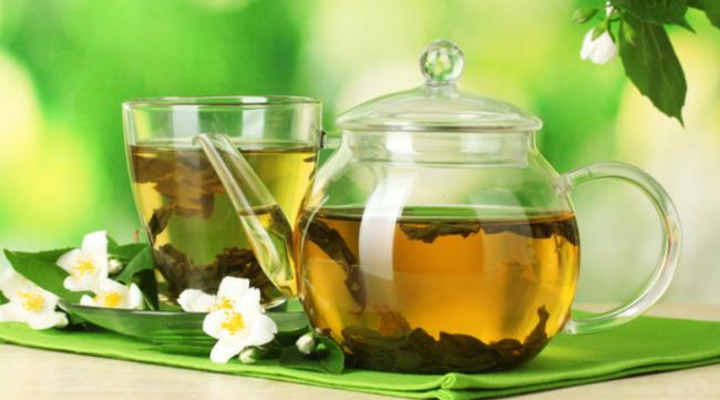 Многие полезные свойства зеленого чая объясняются большим содержанием различных химических веществ. В основной состав чая входит около 500 (!) элементов (кальций, фосфор, магний, фтор и др.), 450 видов органических соединений (белки, жиры и т.д.) и почти все группы витаминов