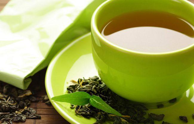Вред зеленый чай может принести, если выбирать некачественные сорта этого напитка. Если уж вы решили приобрести зеленый чай, наслышавшись о его пользе и чудесных свойствах, тогда лучше отказаться от дешевых чаев в пакетиках
