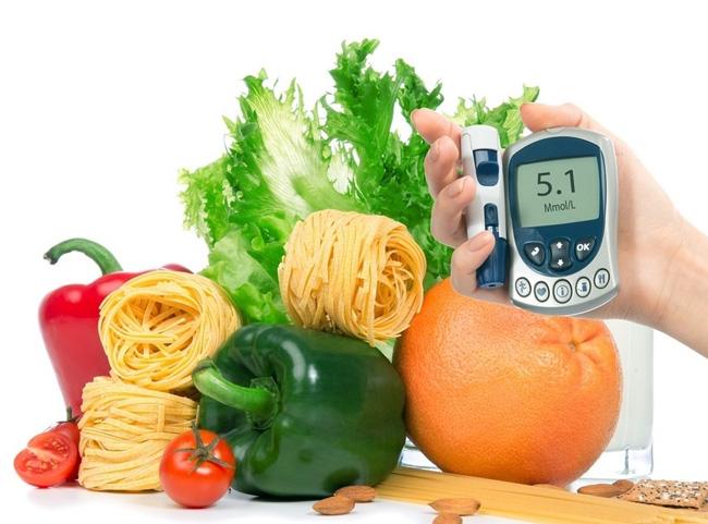 При повышенном содержании сахара в крови, необходимо придерживаться диеты, исключив из рациона алкогольные напитки и соления