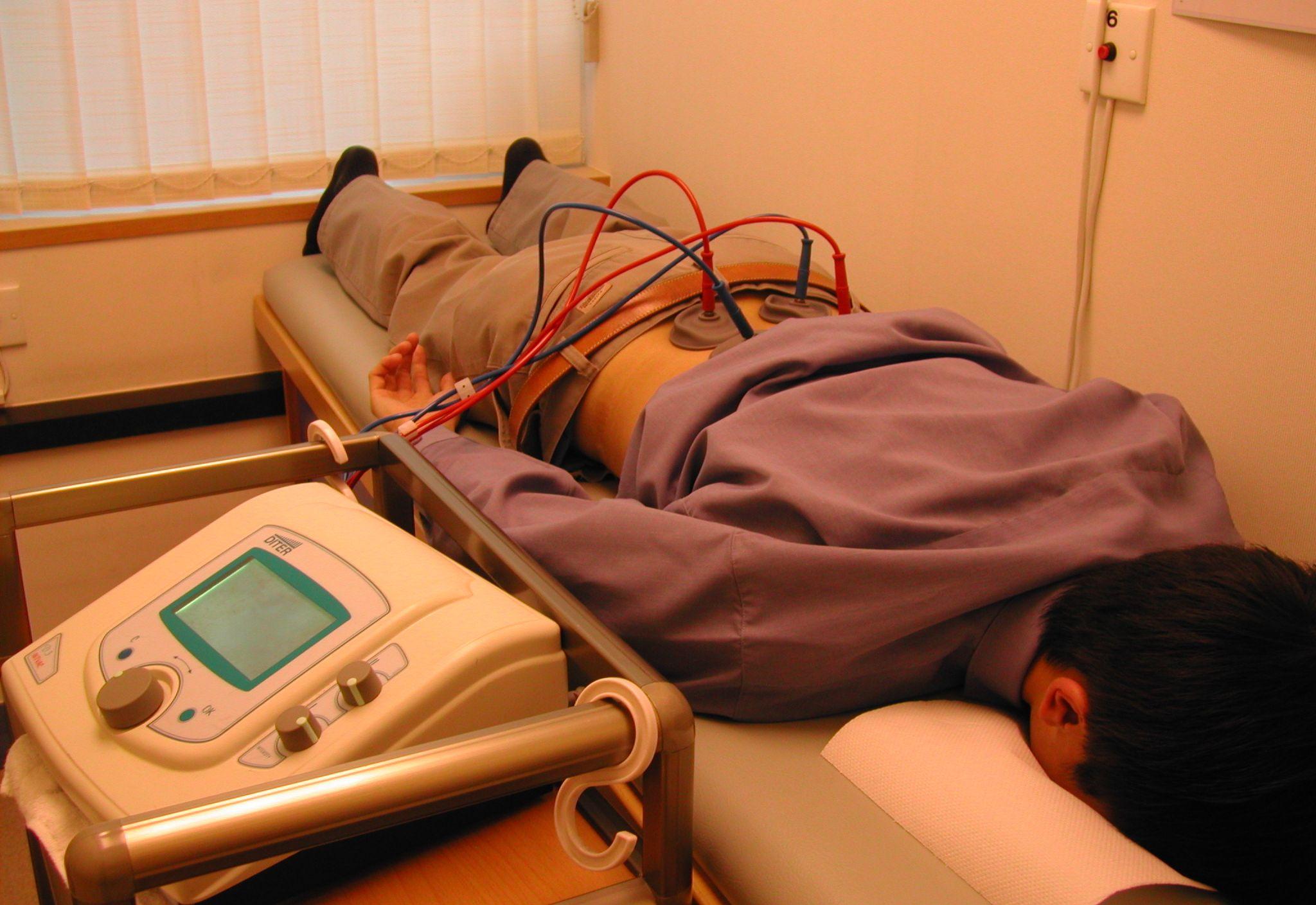 Для снятия отечности при межпозвоночной грыжи назначают процедуру электрофорез