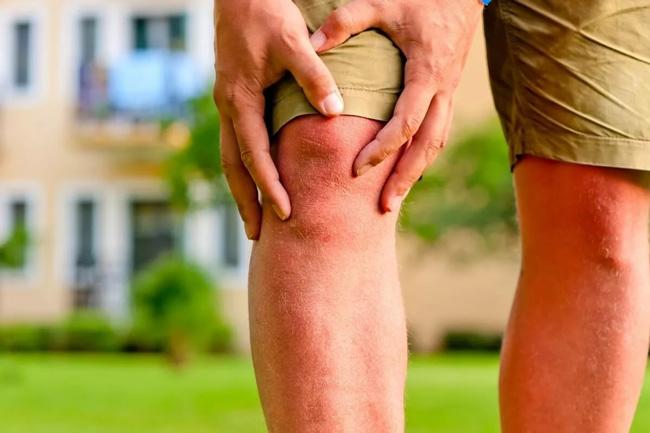 Основным симптомом полиартрита является боль в суставах и мышцах, при этом длительное время болезнь может не дать о себе знать. В некоторых случаях возможно повышение температуры тела, слабость, ухудшение аппетита