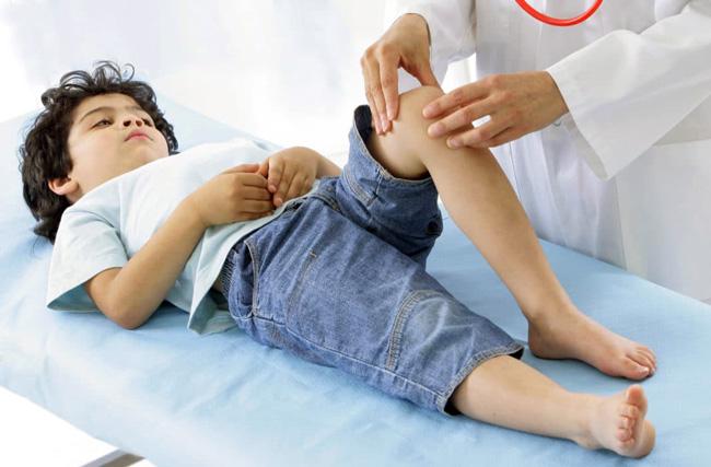 Полиартрит является хроническим неизлечимым заболеванием, во время его обострения у ребёнка наблюдается сильная суставная боль и проблемы с движениями