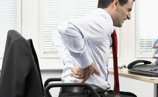 Главным признаком радикулита является возникающая при движении острая боль, путь распространения которой указывает на место ущемления нервного корешка в позвоночнике