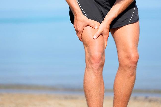 При растяжении появляется резкий болевой синдром, который приносит серьезный дискомфорт