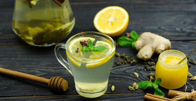 Очень полезен зеленый чай, особенно с лимоном. Подсластить такой чай лучше медом. Да и лимон сам по себе прекрасно справляется с вязкостью крови, как и все цитрусовые