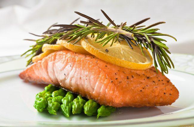Свежие и сушеные листья кладут в блюда из рыбы, мяса и птицы, используют в супах, любые маринады тоже не обходятся без розмарина. Его добавляют в разнообразные соусы, ароматизируют оливковое масло и уксус