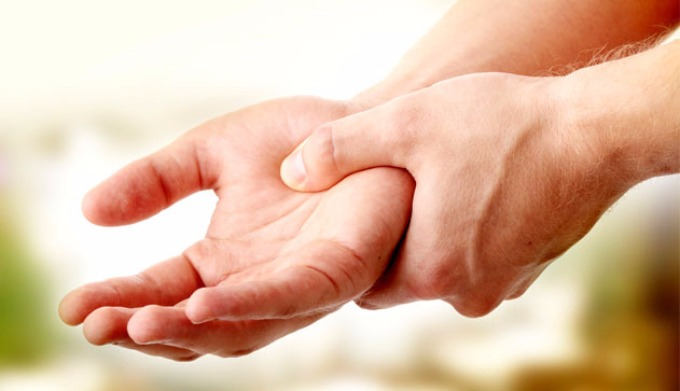 Немеет правая рука — возможные причины возникновения симптома при заболеваниях, диагностика и методы лечения
